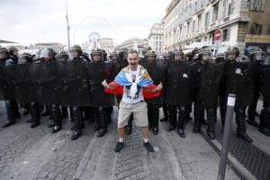 ultra ruso desafiando a la policia francesa